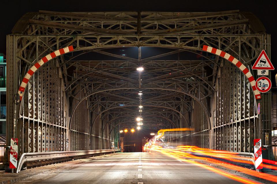 Langzeitbelichtung des Verkehrs auf der Hackerbrücke