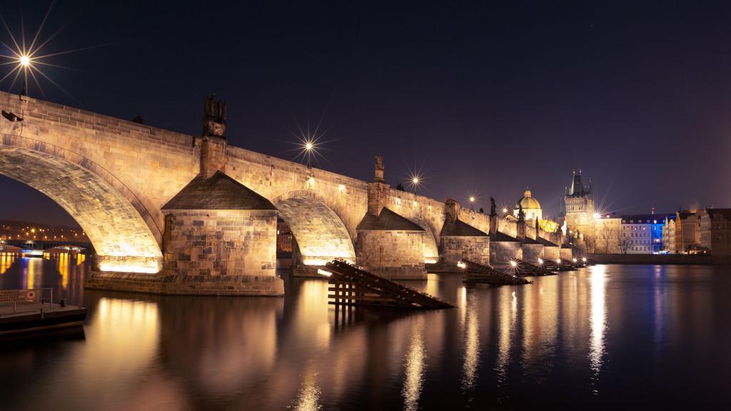 Nachtaufnahme der Karlsbrücke, Prag