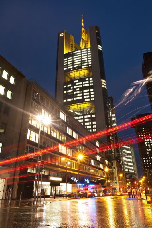 Commerzbank-Tower während der blauen Stunde