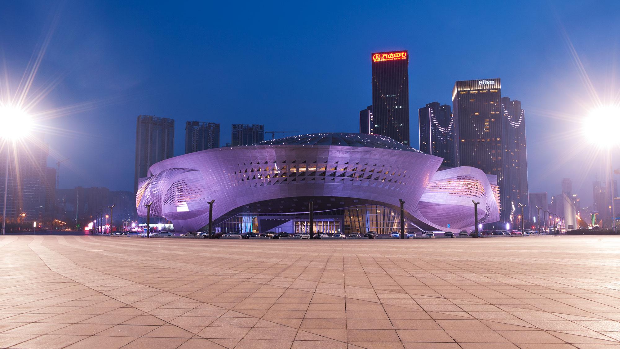Das Ufo: Das Konferenzzentrum vor der Skyline Dalians