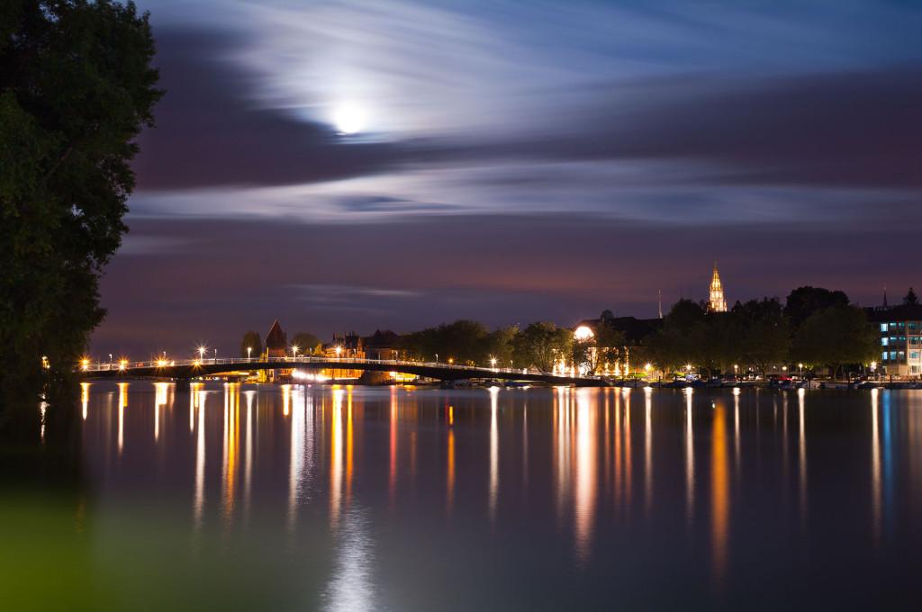 Ausblick auf den Rhein und Konstanz bei Nacht