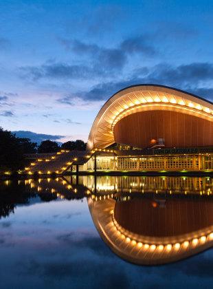 Berliner Kongresshalle während der Dämmerung