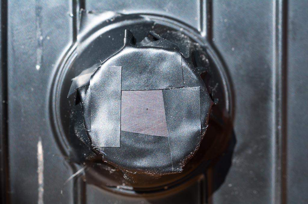 Schritt 3: Mit etwas schwarzem Isolierband habe ich die Lochblende mittig auf Pappe befestigt.