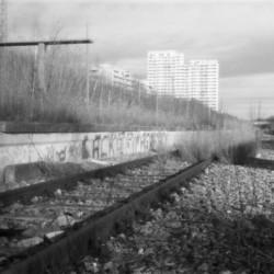 Lochkameraaufnahme der verlassenen Gleise am Olympiabahnhof