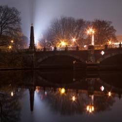 Nachtaufnahme der Spree in Berlin