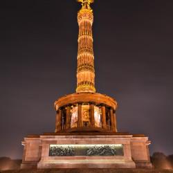 Nachtaufnahme der Siegessäule in Berlin