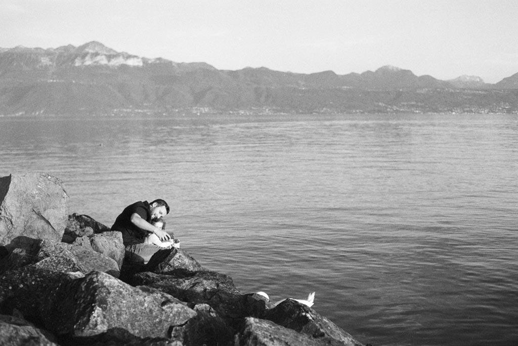 Vater und Tochter am Ufer des Genfer Sees