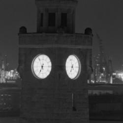Uhr des Pegelturms an den Landungsbrücken