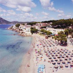 Ausblick aus dem Hotelzimmer auf den Strand von Sant Elm