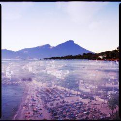 Der Strand von Sant Elm überlagert mit dem Ausblick auf Sant Elm