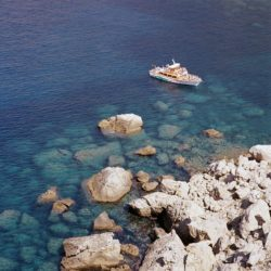Ausflugsboot in der Cala en Basset