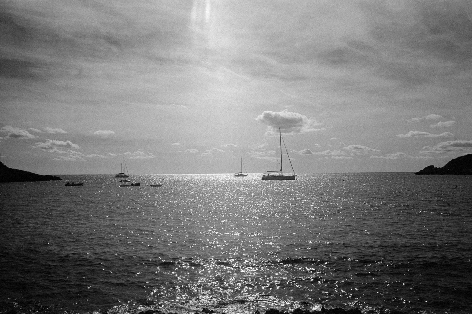 Segelboote in der Bucht von Sant Elm